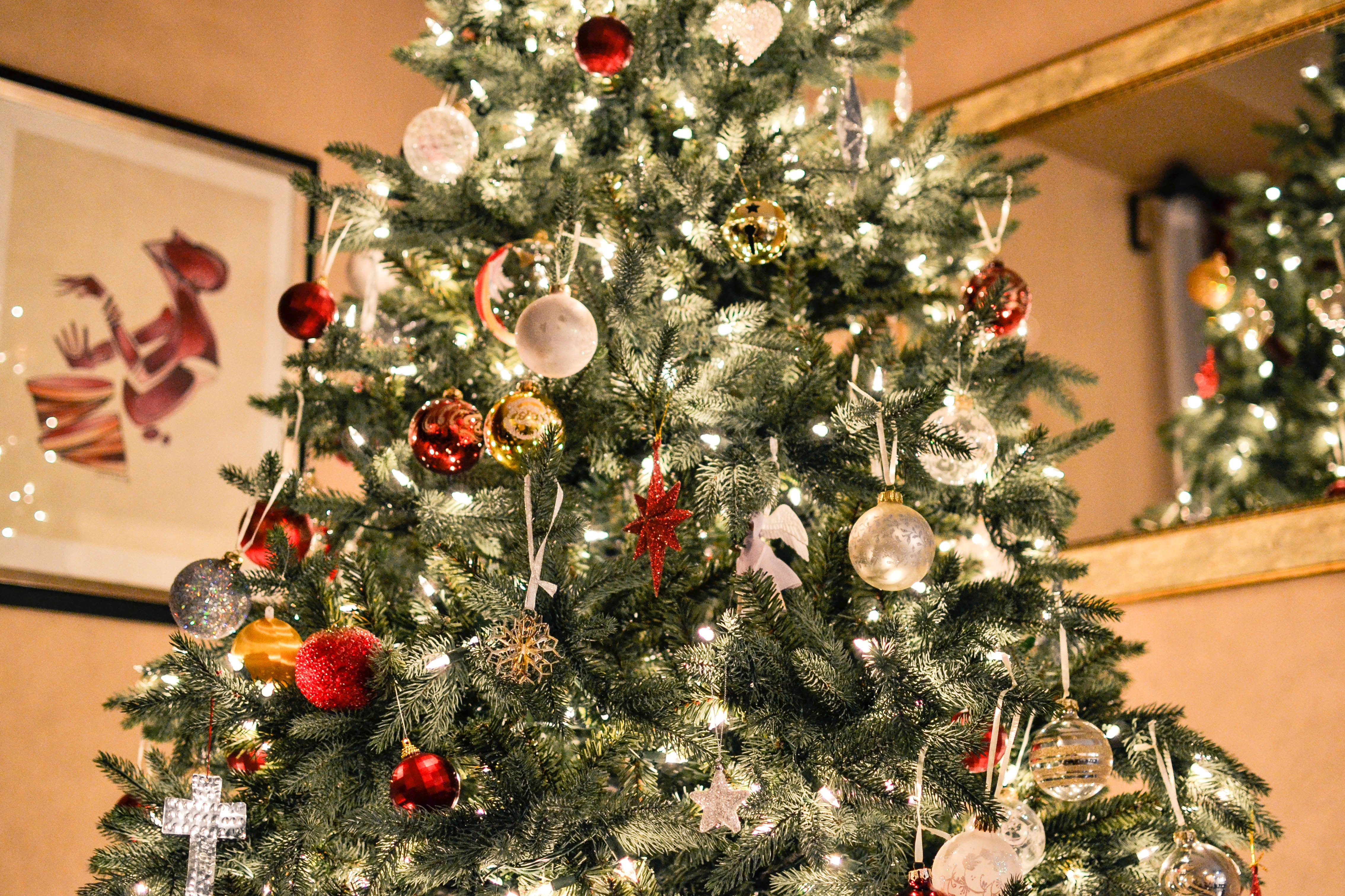 christmas-tree-with-many-ornaments