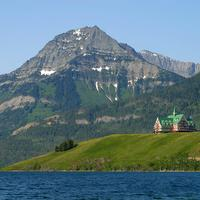 Prince of Wales Hotel in the mountain landscape in Waterton Lakes National Park