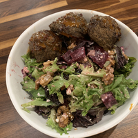 Salad with lentil meatballs