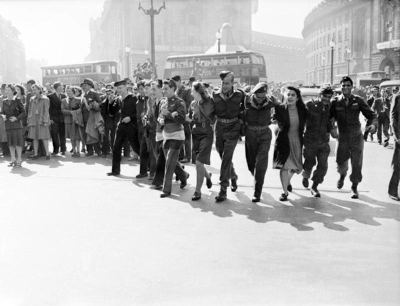 Civilians and service personnel in London celebrating V-J Day in ...