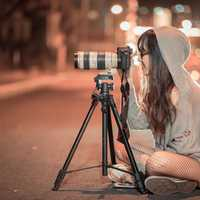 photographer-sitting-on-the-road-taking-a-photo-at-night